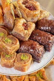 Baklava assortita - un dolce turco disposto su un piatto decorativo. fotografia di cibo mediorientale.