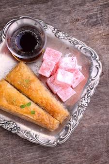 Baklava con noci e delizia turca con tè in turco