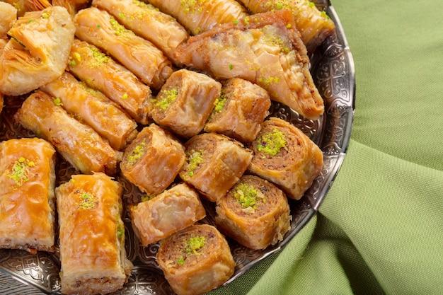 Baklava fresca su un piatto, baklava servita con pistacchio