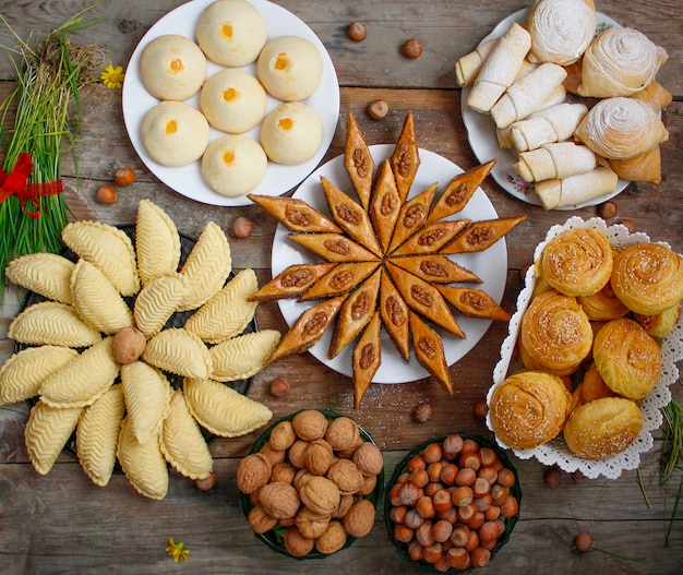Baklava tradizionale dei biscotti di festa dell'azerbaigian sul piatto bianco sui precedenti rustici