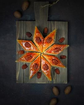 Baklava tradizionale dei biscotti di novruz di festa dell'azerbaigian sul piatto bianco