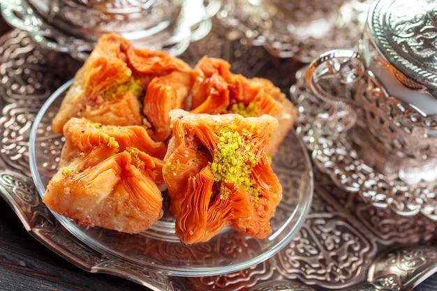 Baklava tradizionale sulla tavola di legno