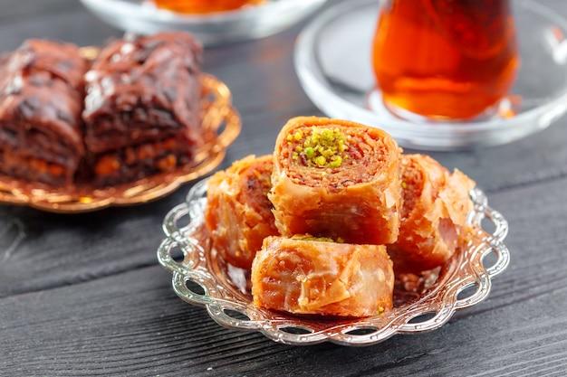 Baklava tradizionale sulla tavola di superficie di legno