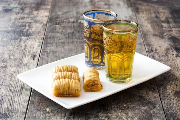 Baklava turca del dessert con tè sulla tavola di legno