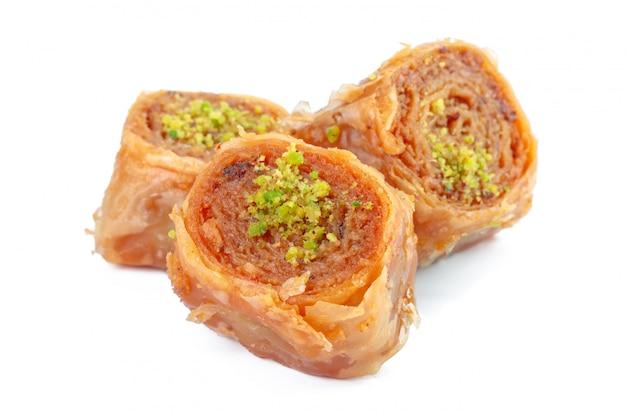 Baklava turco del dessert del ramadan isolato su bianco