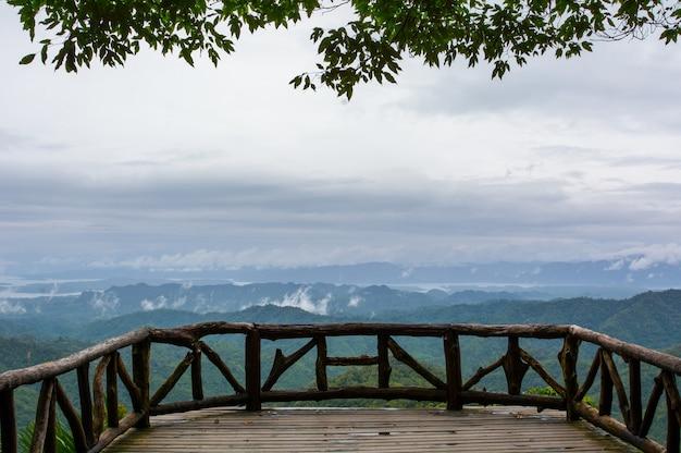 Balcone del punto di vista al parco nazionale di thong pa phum, kanchanaburi, tailandia