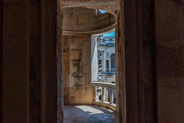 Balcone in rovina nel convento di cristo sotto la luce del sole a tomar in portogallo