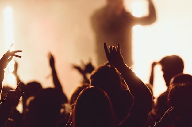 Ballando ad un concerto mentre il cantante si esibisce circondato dalle luci