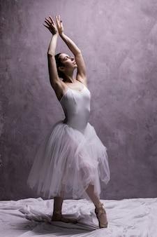 Ballerina a figura intera che posa con garbo