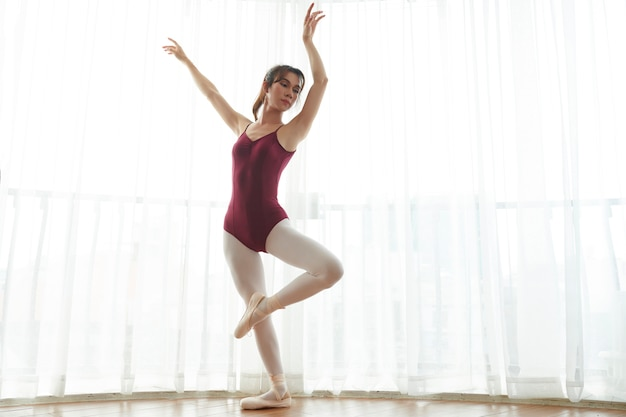 Ballerina che balla in classe