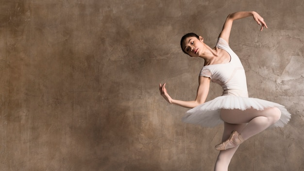 Ballerina che indossa un tutu ballando con spazio di copia