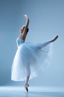 Ballerina classica danza sul blu