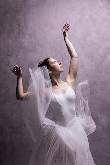 Ballerina di colpo medio che osserva sopra