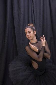 Ballerina di colpo medio con priorità bassa della tenda
