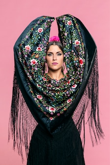 Ballerina di flamenca con scialle di manila che guarda l'obbiettivo