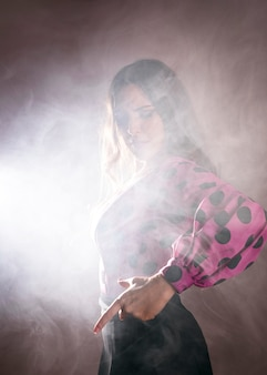 Ballerina di flamenca coperta di fumo