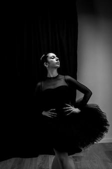 Ballerina di vista frontale che posa scala di grigi