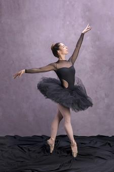 Ballerina di vista laterale che posa in tutu