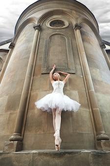 Ballerina esibendosi vicino a un vecchio castello
