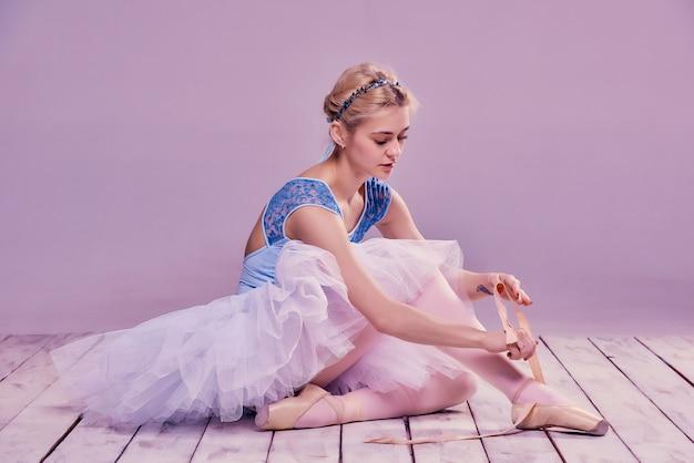 Ballerina professionista che indossa le sue scarpe da balletto.