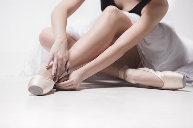 Ballerina seduta con le gambe incrociate