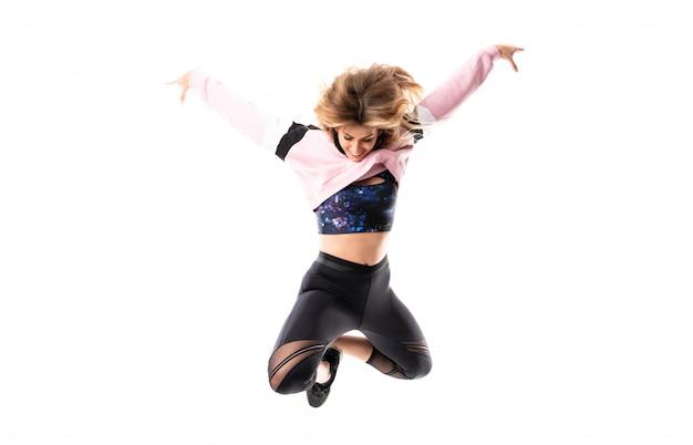 Ballerina urbana che balla e che salta isolato