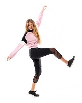 Ballerina urbana che balla sopra bianco isolato