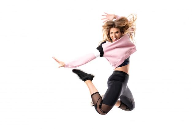 Ballerina urbana che balla sopra fondo bianco isolato e salto