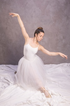 Ballerina vista frontale a braccia aperte