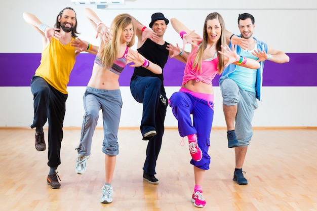 Ballerino all'allenamento fitness zumba in studio di danza