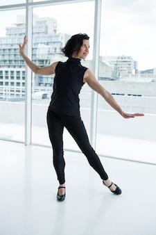 Ballerino che pratica la danza contemporanea