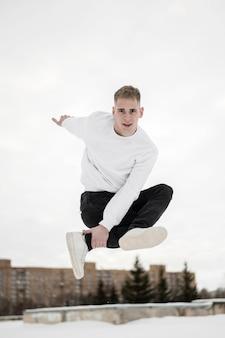 Ballerino dell'uomo che posa mentre praticando danza di strada