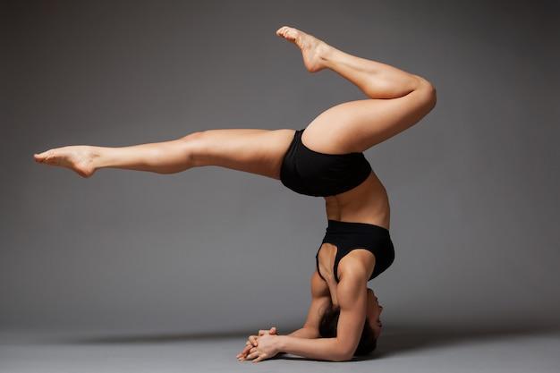 Ballerino della donna che esegue headstand