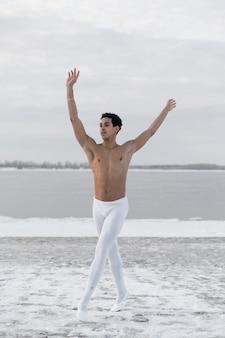 Ballerino di balletto che esegue posa elegante sulla via