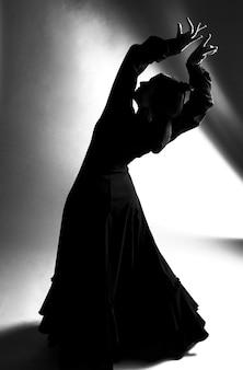 Ballerino di colpo pieno in bianco e nero che si piega indietro