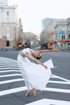 Ballerino di danza classica in città