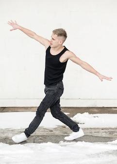 Ballerino hip-hop fuori con neve