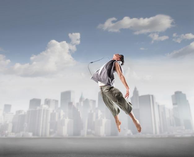 Ballerino in forma saltando