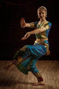 Ballerino indiano di danza classica bharatanatyam