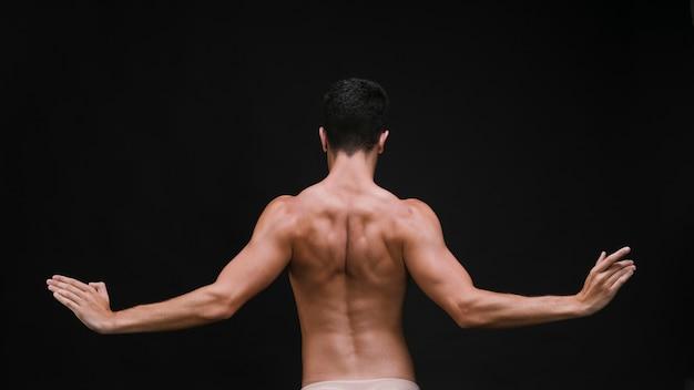 Ballerino irriconoscibile con le braccia aperte
