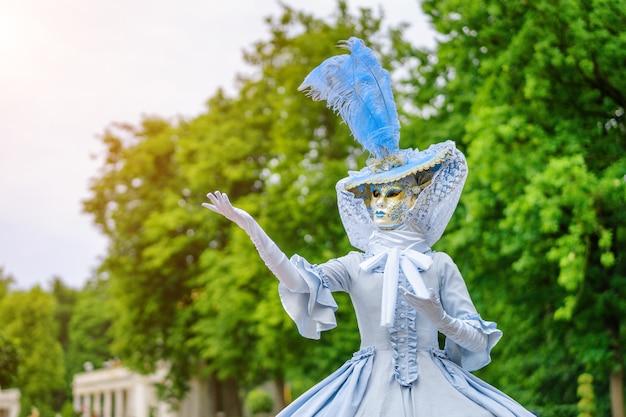 Ballo in maschera, una donna in un bel vestito e maschera veneziana