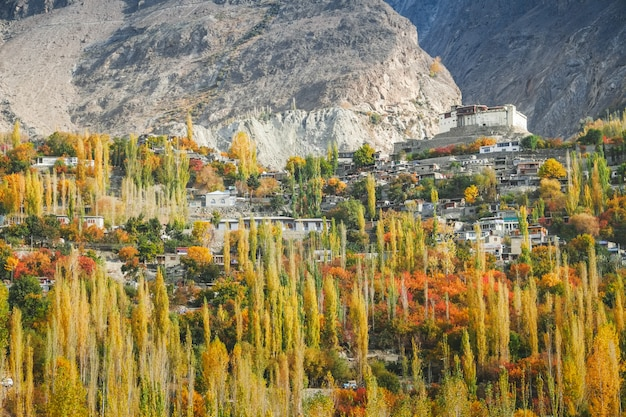 Baltit fort in autunno. karimabad, valle di hunza, pakistan.