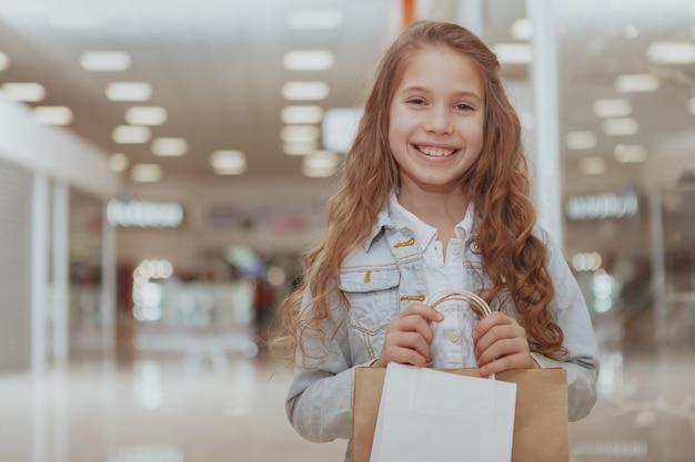 Bambina adorabile al centro commerciale