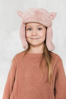 Bambina adorabile che esamina fotografo
