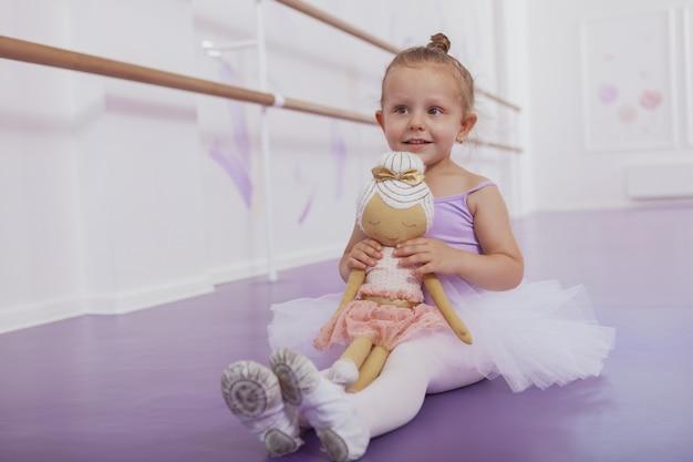 Bambina adorabile che impara alla scuola di balletto