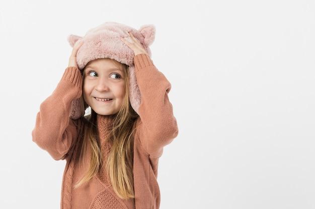 Bambina adorabile che osserva via