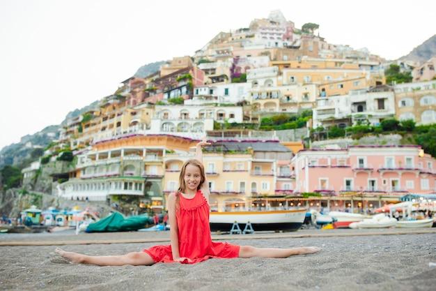Bambina adorabile il giorno di estate caldo e soleggiato nella città di positano in italia