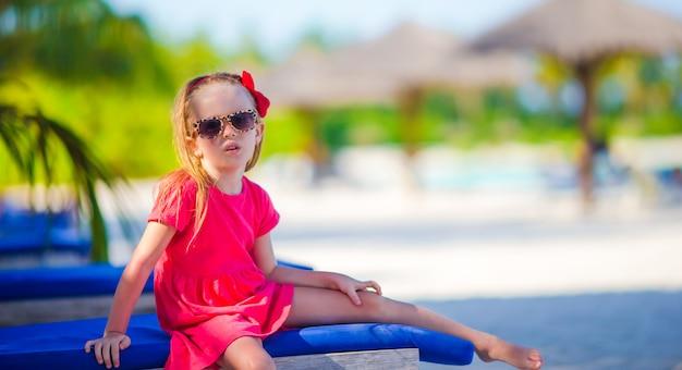 Bambina adorabile in spiaggia durante le vacanze estive