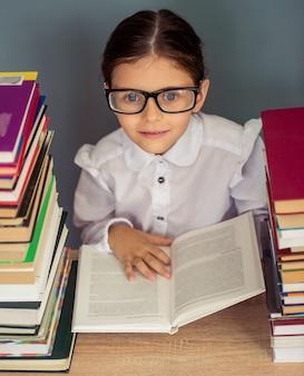 Bambina affascinante in uniforme scolastica.
