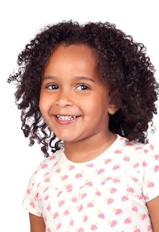 Bambina africana adorabile con la bella acconciatura isolata sopra bianco